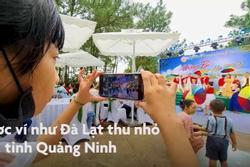 Du khách khiêu vũ bên bờ hồ Yên Trung ở Quảng Ninh