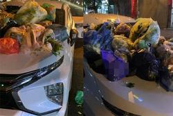 Chủ xe đỗ như 'bố đời', xế hộp bị người dân 'trang trí' nguyên núi rác
