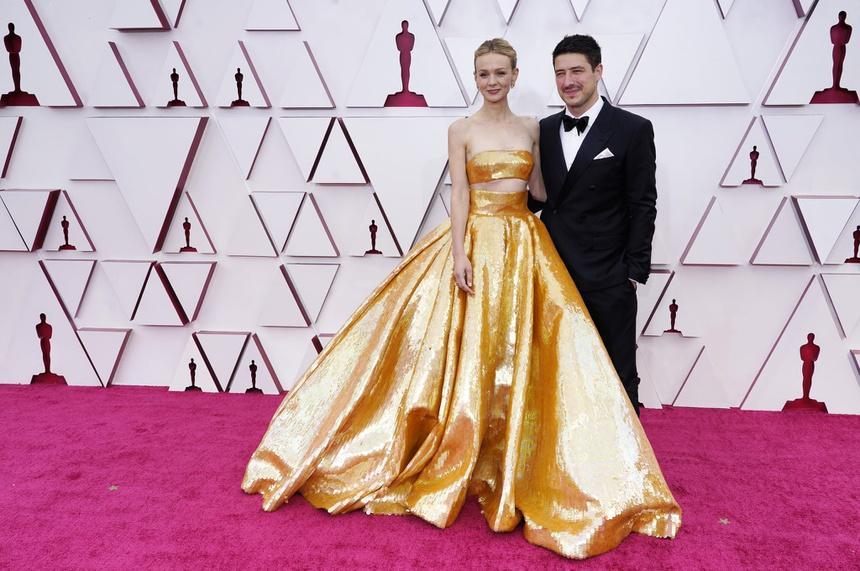 Bộ vest mạ vàng 24K ở Oscar 2021-3