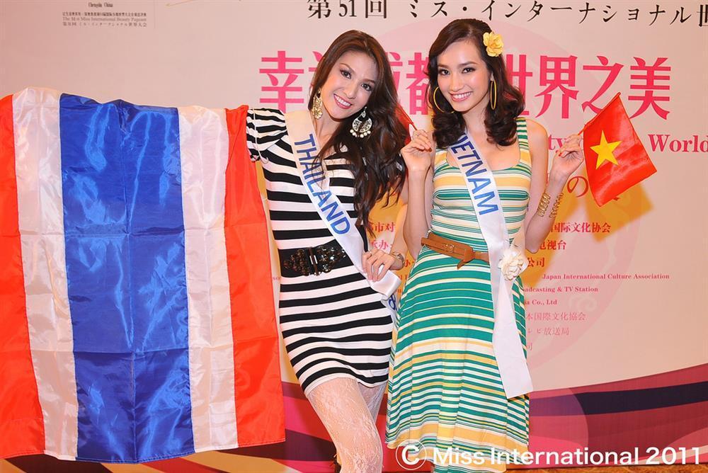 2 nàng hậu Việt bị bạn cùng phòng Thái Lan chơi xấu-4