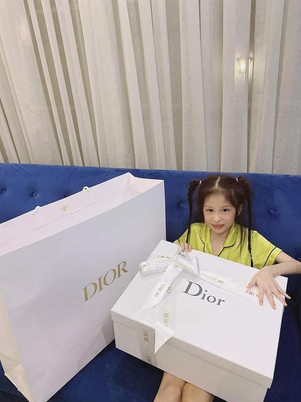 3 rich kid nhà Đoàn Di Băng: Xinh như thiên thần, lấy đồ hiệu làm đồ chơi từ nhỏ-3