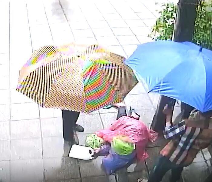 Người đàn ông bị vứt ra đường giữa mưa bão: Say rượu tự ý vào nhà dân?-1