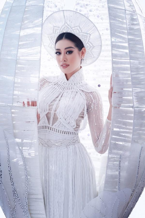 Cận cảnh bộ Quốc phục khổng lồ di chuyển khó khăn của hoa hậu Khánh Vân-1