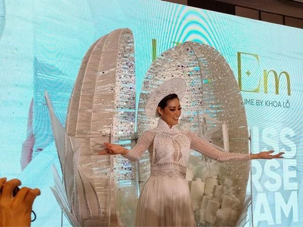 Cận cảnh bộ Quốc phục khổng lồ di chuyển khó khăn của hoa hậu Khánh Vân-4