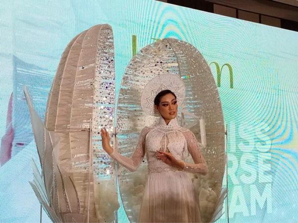 Cận cảnh bộ Quốc phục khổng lồ di chuyển khó khăn của hoa hậu Khánh Vân-5