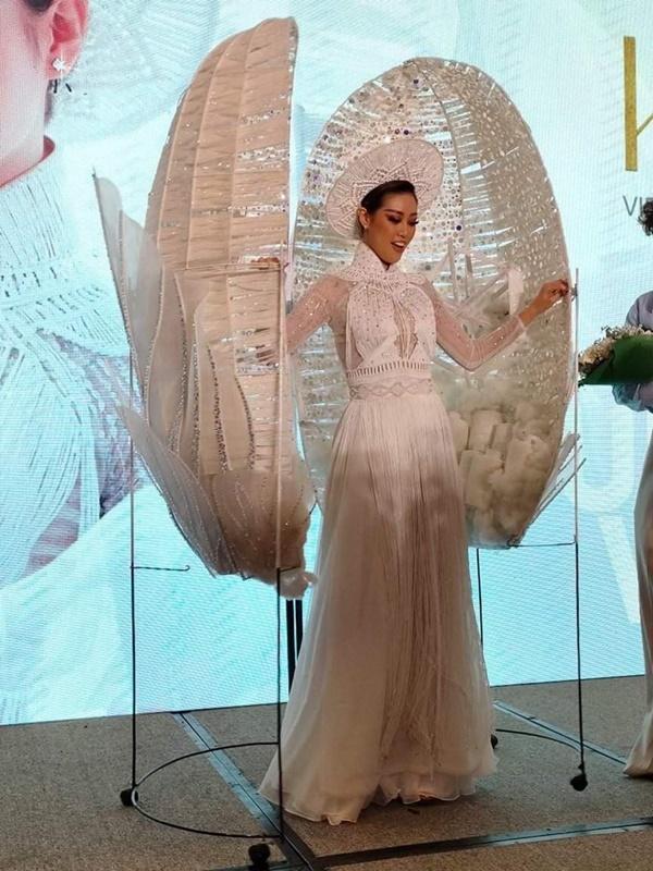 Cận cảnh bộ Quốc phục khổng lồ di chuyển khó khăn của hoa hậu Khánh Vân-7