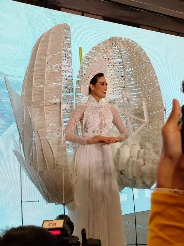 Cận cảnh bộ Quốc phục khổng lồ di chuyển khó khăn của hoa hậu Khánh Vân-8