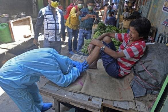 ẢNH HOT: Nhân viên y tế vái lạy, van xin người dân Ấn Độ đeo khẩu trang-1