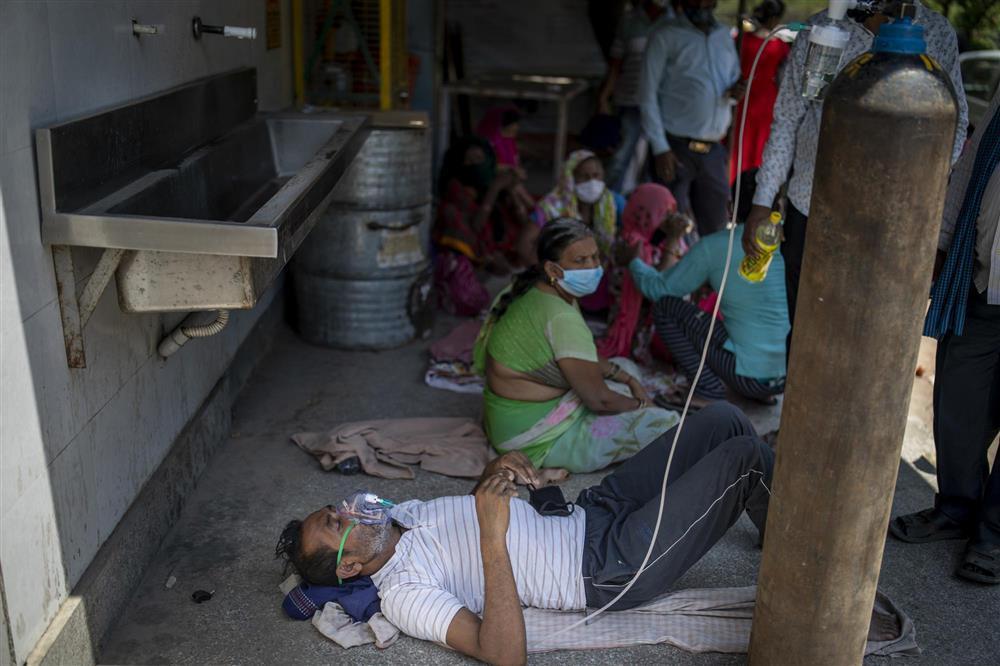 ẢNH HOT: Nhân viên y tế vái lạy, van xin người dân Ấn Độ đeo khẩu trang-6