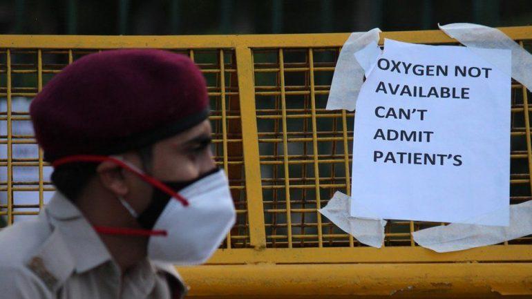 ẢNH HOT: Nhân viên y tế vái lạy, van xin người dân Ấn Độ đeo khẩu trang-7