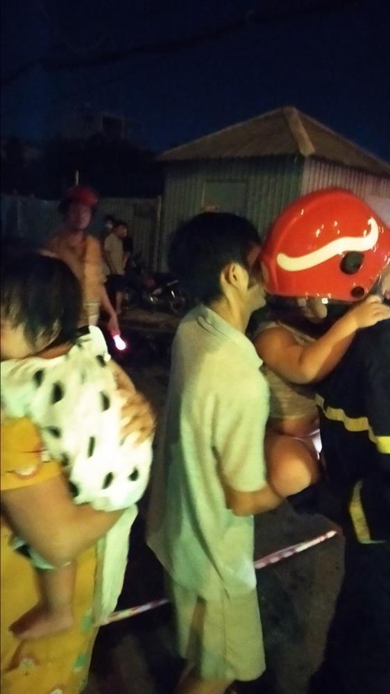Cháy chung cư ở Sài Gòn, hàng chục người mắc kẹt, hoảng loạn kêu cứu-5