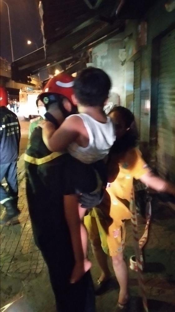 Cháy chung cư ở Sài Gòn, hàng chục người mắc kẹt, hoảng loạn kêu cứu-4