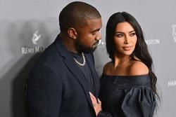 Kanye West chưa tháo nhẫn cưới