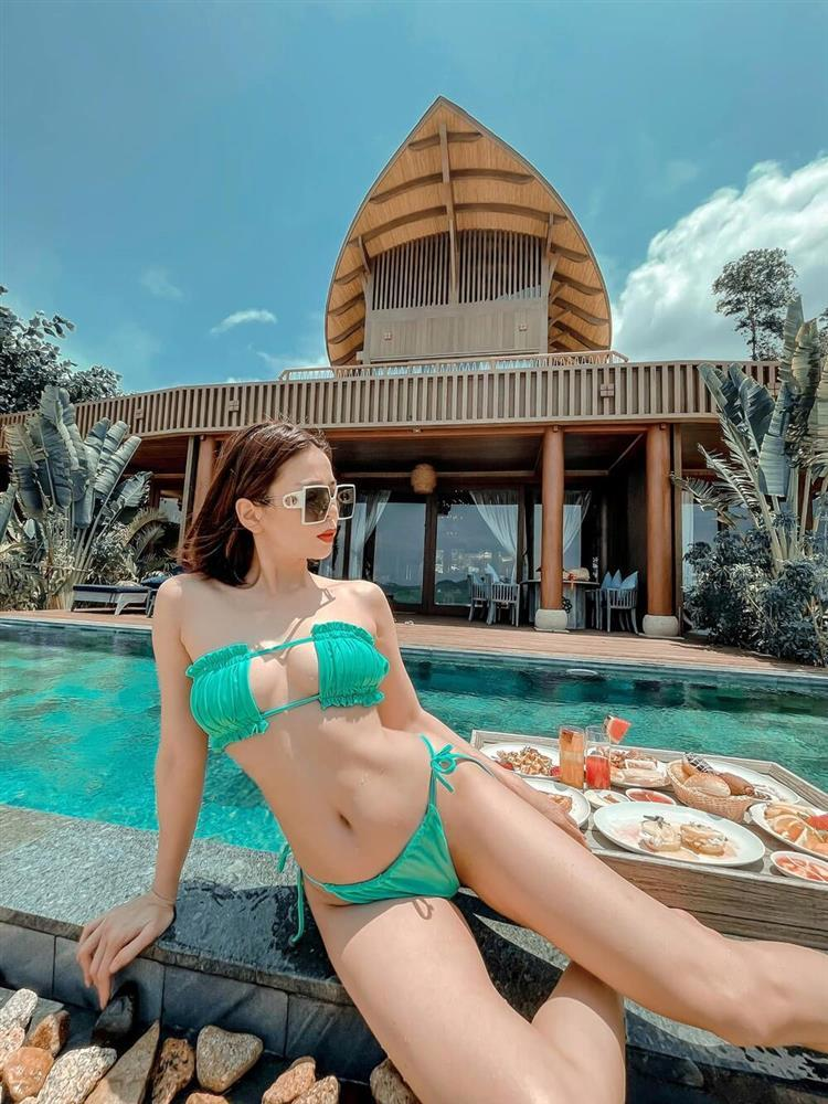 Lệ Quyên đọ độ sexy với Ngọc Trinh, Chi Pu với bikini tí hon: Tuổi tác chỉ là con số-1