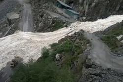 Dòng sông băng chắn ngang đường cao tốc