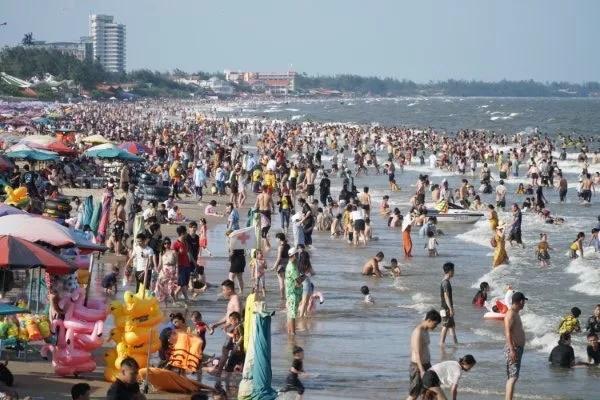 Bãi biển chật cứng người, Bà Rịa - Vũng Tàu hỏa tốc dừng nhiều dịch vụ-1