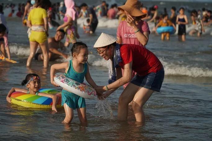 Bãi biển chật cứng người, Bà Rịa - Vũng Tàu hỏa tốc dừng nhiều dịch vụ-2