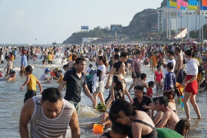 Bãi biển chật cứng người, Bà Rịa - Vũng Tàu hỏa tốc dừng nhiều dịch vụ-3