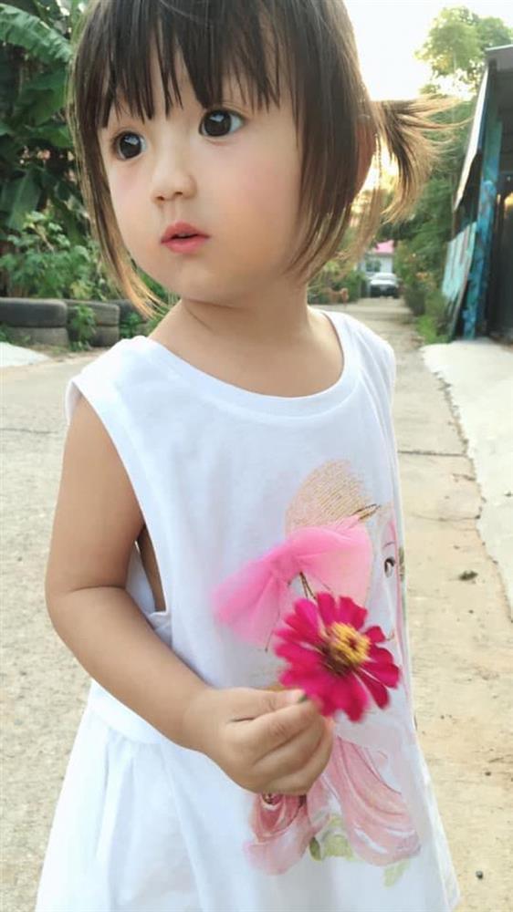 Bé gái gây nghiện người xem vì xinh như búp bê, nhan sắc mẹ còn choáng hơn-3