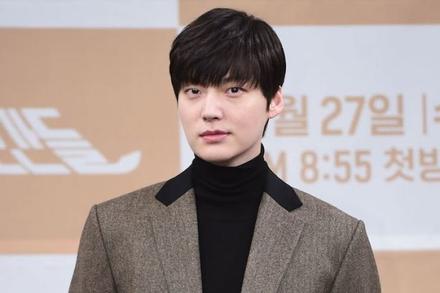 Chồng cũ Goo Hye Sun bị 'ném đá' khi tái xuất