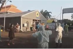 Nhân viên y tế cùng người dân nhảy Dynamite khích lệ tinh thần chống dịch