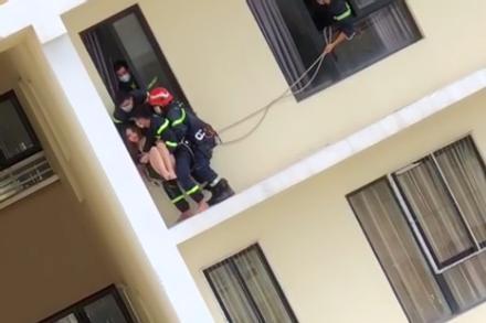 Clip: Cảnh sát giải cứu cô gái định nhảy tầng 18 chung cư Era Town, TP HCM