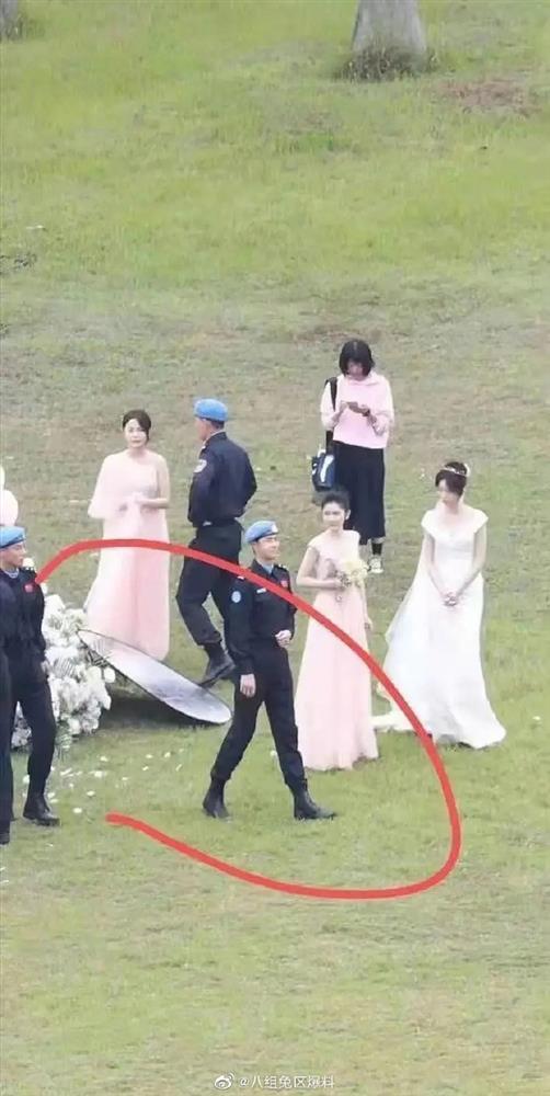 Chơi bóng chưa đủ, Vương Nhất Bác còn hẹn Trương Triết Hạn - Hoàng Cảnh Du làm phù rể ở phim mới-3