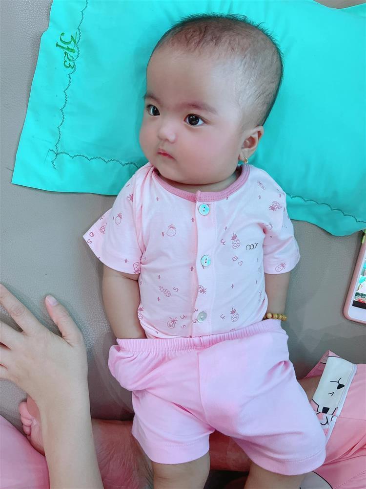 Bị mẹ phạt, con gái Mạc Văn Khoa gây cười với gương mặt ngây thơ vô số tội-1