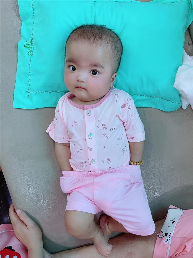 Bị mẹ phạt, con gái Mạc Văn Khoa gây cười với gương mặt ngây thơ vô số tội-2