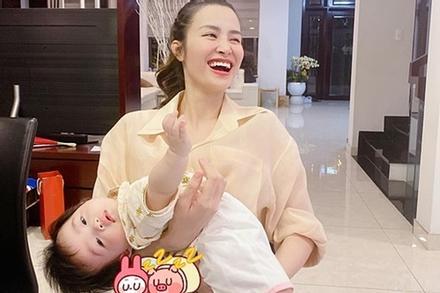Biểu cảm cực yêu của con gái Đông Nhi khi bị chụp lén
