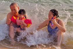 Con gái Đặng Thu Thảo lần đầu xuất hiện cùng ông bà nội quyền lực