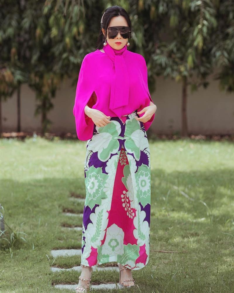 Phượng Chanel diện hàng hiệu chào hè mà giống khoác combo chống nắng-4