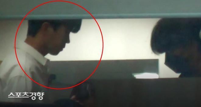 Ca sĩ Hàn bị chỉ trích vì hút thuốc lá và không mang khẩu trang-1