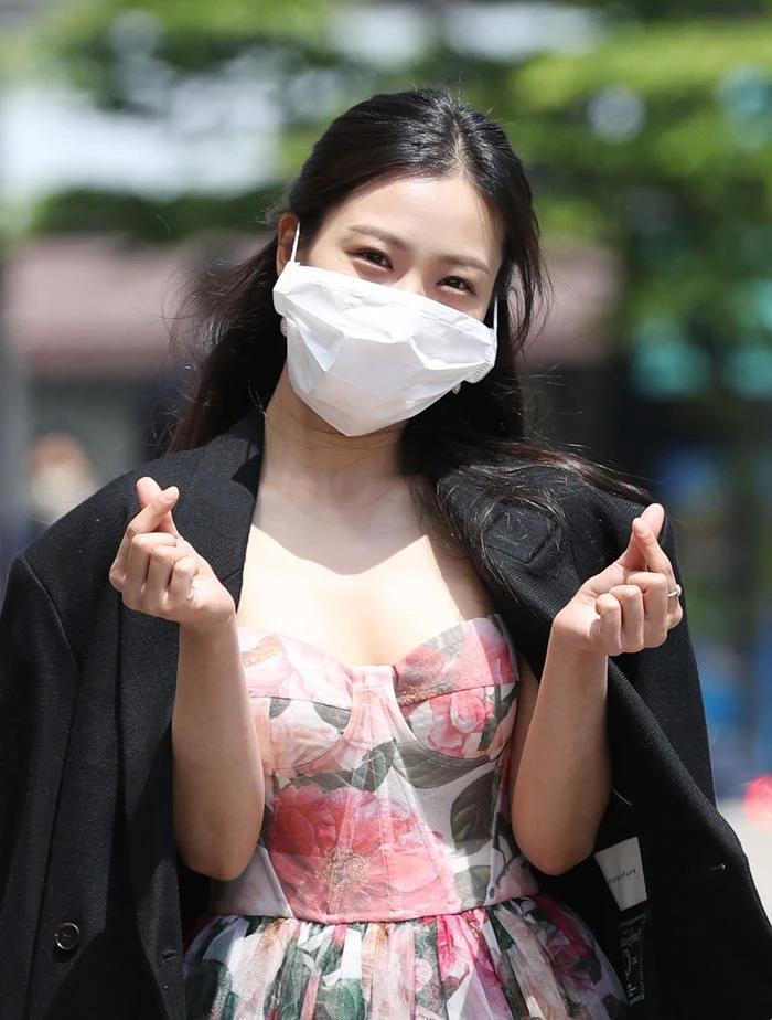 Người đẹp Hàn bị chỉ trích vì đeo khẩu trang quá khổ-2