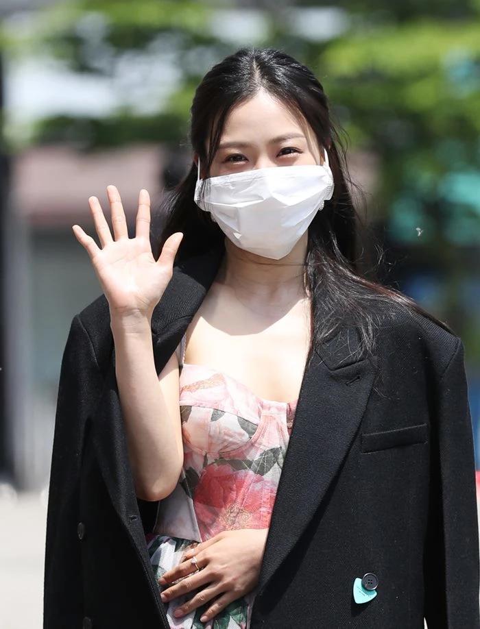 Người đẹp Hàn bị chỉ trích vì đeo khẩu trang quá khổ-3