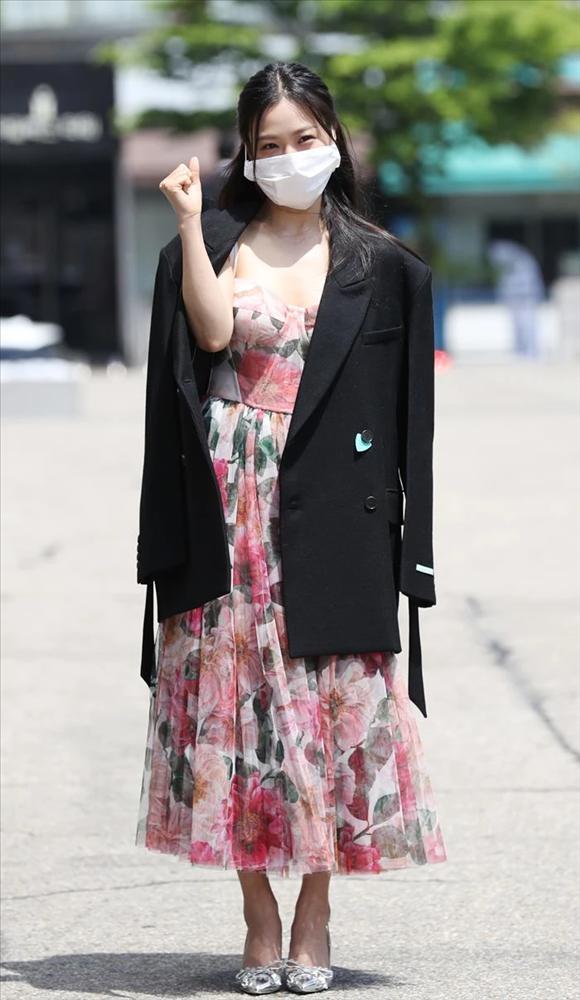 Người đẹp Hàn bị chỉ trích vì đeo khẩu trang quá khổ-4