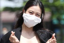 Người đẹp Hàn bị chỉ trích vì đeo khẩu trang quá khổ