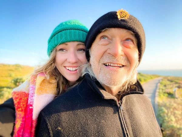 Cô gái 28 tuổi hẹn hò với bạn trai 76 tuổi, bị nhầm cô là y tá riêng chăm sóc ông lão-1