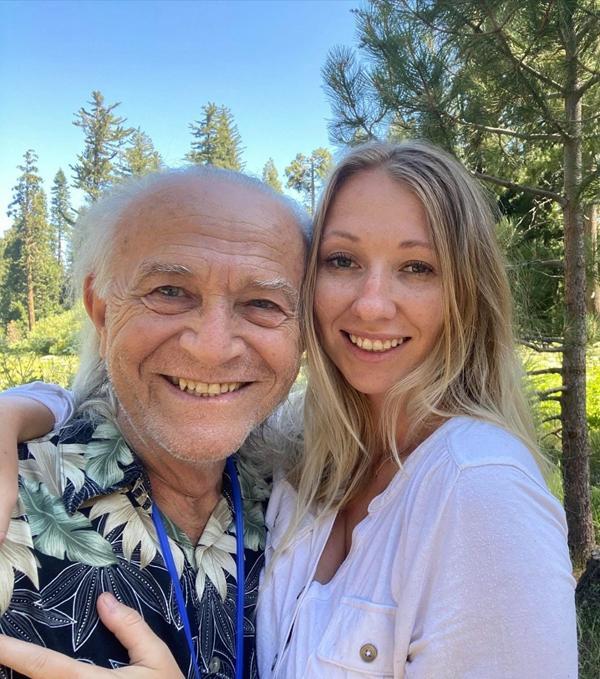 Cô gái 28 tuổi hẹn hò với bạn trai 76 tuổi, bị nhầm cô là y tá riêng chăm sóc ông lão-3