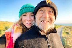 Cô gái 28 tuổi hẹn hò với bạn trai 76 tuổi, bị nhầm cô là y tá riêng chăm sóc ông lão
