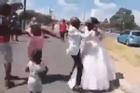 Đám cưới đang diễn ra thì 1 phụ nữ xuất hiện hét to làm quan khách sững sờ