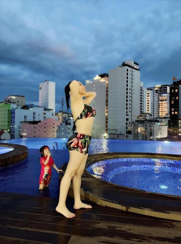 Phi Nhung hiếm hoi tung hình bikini bên trai đẹp nhưng vòng eo cứ sai sai-6