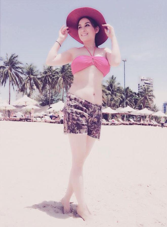 Phi Nhung hiếm hoi tung hình bikini bên trai đẹp nhưng vòng eo cứ sai sai-7