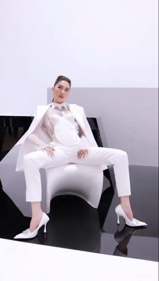 Ngồi dạng chân mặc corset ngực trần, Ngọc Trinh bị hỏi: Bán kỹ hay bán thân-2