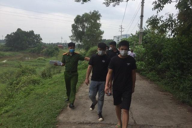 4 người Trung Quốc nhập cảnh trái phép bỏ chạy tới cánh đồng thì bị bắt-1