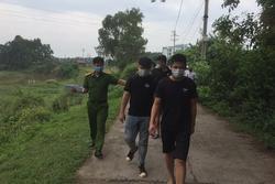 4 người Trung Quốc nhập cảnh trái phép bỏ chạy tới cánh đồng thì bị bắt