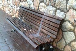 Các băng ghế thiết kế 'độc lạ' khiến ai đi qua cũng lưỡng lự 'nên ngồi hay thôi'