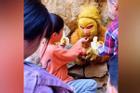 'Tôn Ngộ Không' bị giam dưới chân núi đợi du khách cho ăn