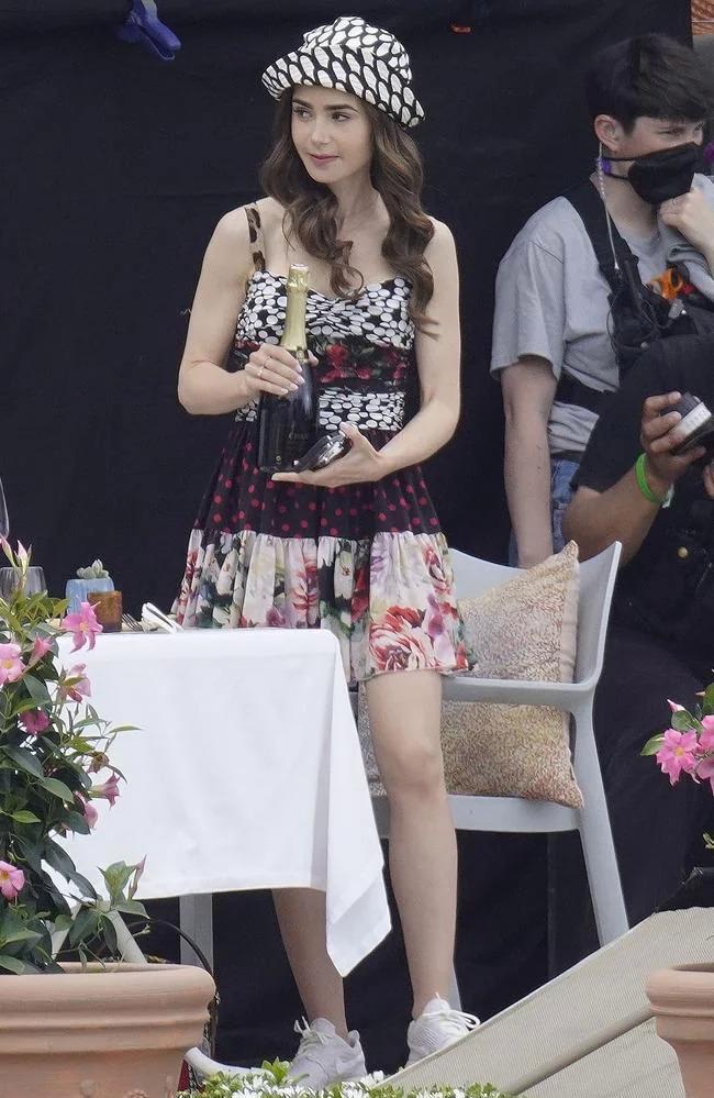 Rò rỉ ảnh phim trường Emily in Paris 2: Lily Collins như quý cô cổ điển-5