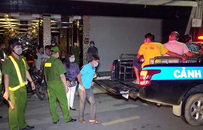 Hàng chục người tìm đường trốn khỏi quán karaoke trong đêm-1